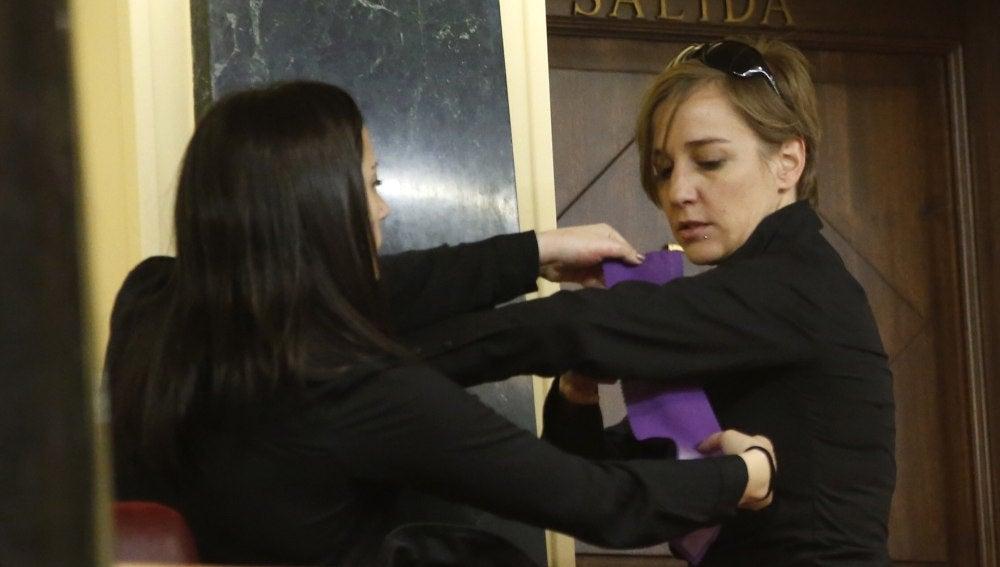 La diputada Tania Sánchez se pone un brazalete morado con motivo del Día Internacional de la Mujer en el Congreso de los Diputados