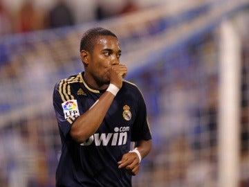 Robinho en un partido con el Real Madrid