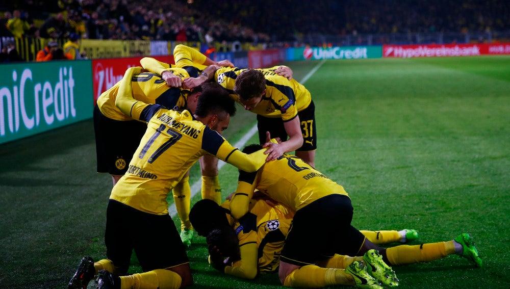 Los jugadores del Borussia Dortmund celebran los goles