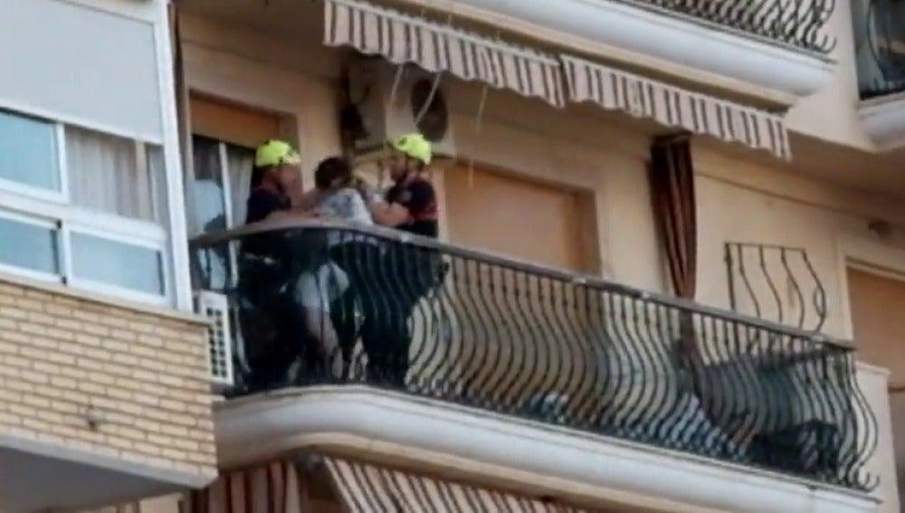 Frame 8.650666 de: Los bomberos rescatan a una mujer y sus dos hiijos cuando estaban a punto de arrojarlos por un balcón
