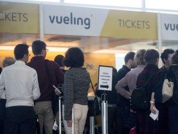 Viajeros en los mostradores de la aerolínea Vueling