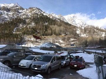 Vistas de heridos llegando en helicóptero tras una avalancha en Courmayeur, en los Alpes