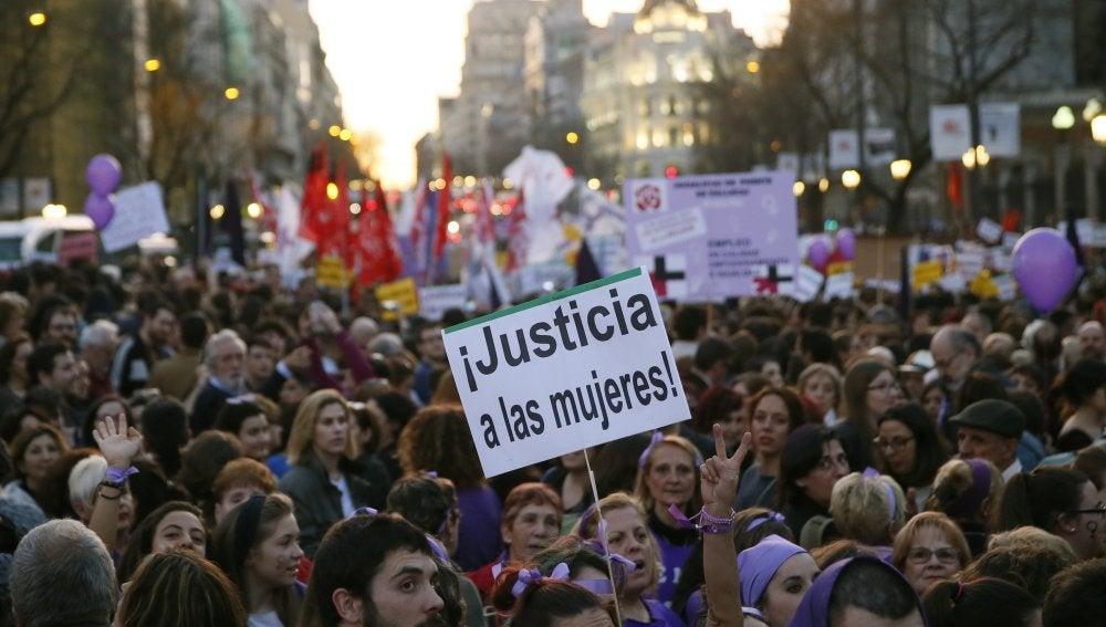 """Miles de personas se manifiestan en Madrid para que los derechos de las mujeres """"no sean cuestionados"""""""