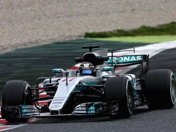 Bottas rueda con el Mercedes por el trazado de Montmeló