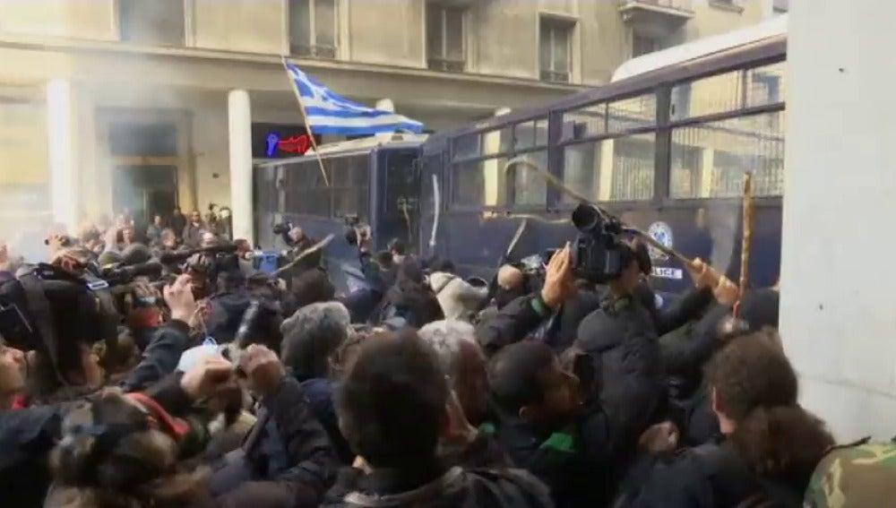 Frame 0.0 de: Enfrentamientos entre agricultores griegos y policía en Atenas
