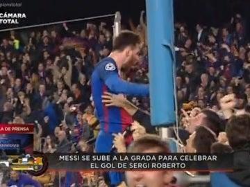 Messi celebra el 6-1 con la grada
