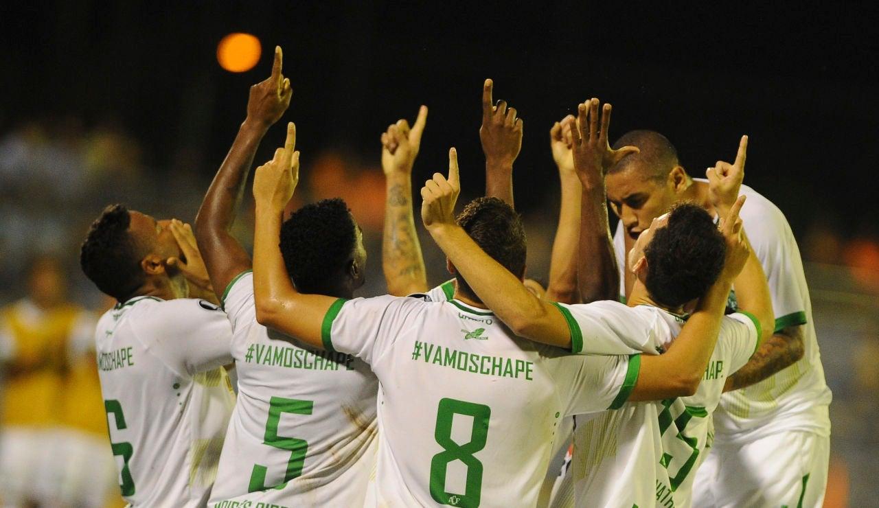 Los jugadores del Chapecoense dedican el gol a sus compañeros fallecidos en el accidente aéreo
