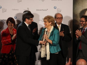 Carles Puigdemont entrega el premio Ramon Llull a Pilar Rahola