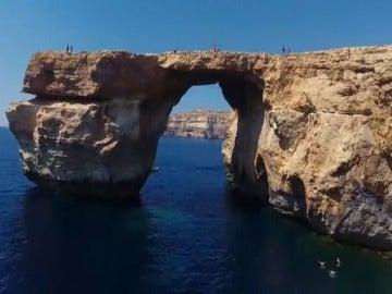Frame 3.619457 de: La icónica Ventana Azul de Malta se derrumba por un fuerte temporal