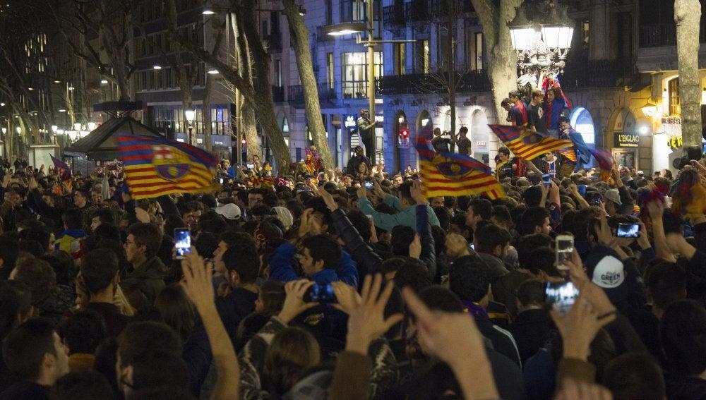 Miles de aficionados del Barcelona, en Canaletas