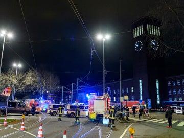 Policía y servicios de emergencias a las afueras de la estación de Dusseldorf