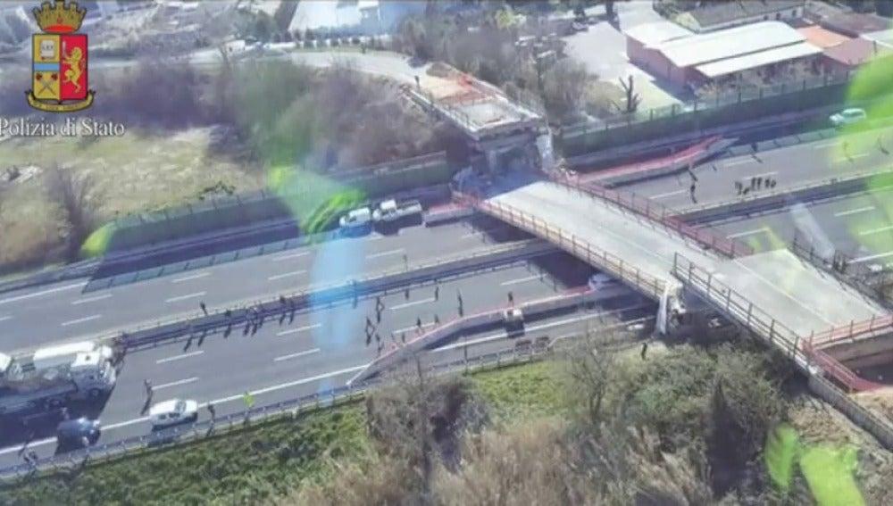 Frame 19.115579 de: Dos personas fallecen al ser aplastado su coche por un puente en una autovía italiana