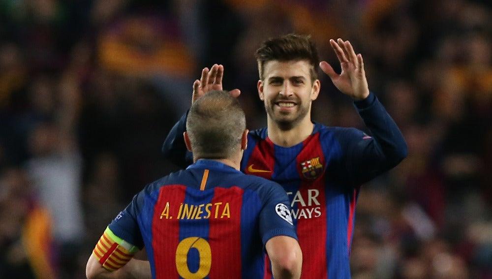Piqué celebra con Iniesta la victoria sobre el PSG