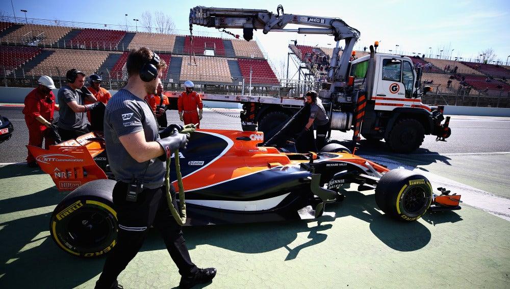 El McLaren Honda de Vandoorne, parado y junto a la grúa
