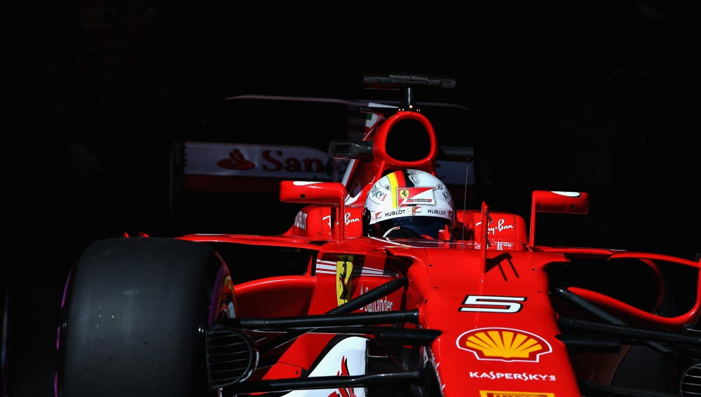 Vettel sale del box de Ferrari durante los test en Montmeló