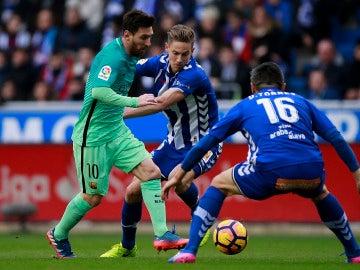 Leo Messi intenta zafarse de la defensa del Alavés