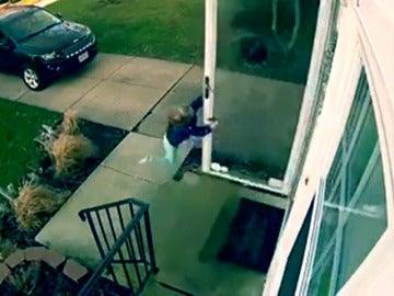 Frame 7.202549 de: El viento arrastra con violencia a una niña