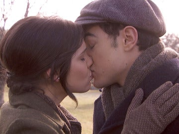 Matías y Marcela se besan a escondidas de todo el pueblo