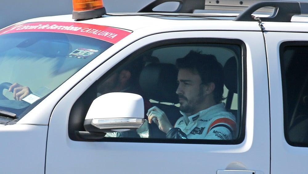 Fernando Alonso, en una de los coches de los encargados de pista en Montmeló
