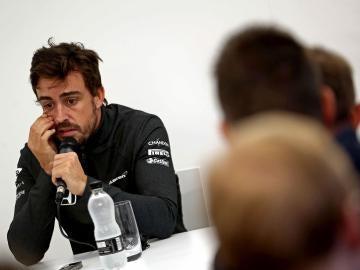 Fernando Alonso, atendiendo a los medios de comunicación