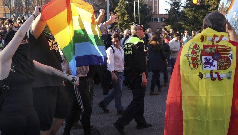 Un centenar de personas, entre estudiantes y miembros de HazteOir, se enfrentan a gritos en las cercanías de la facultad de Derecho de la Universidad Complutense de Madrid
