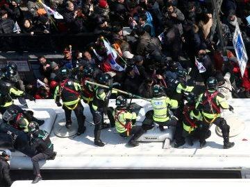 Miles de surcoreanos se enfrentan con la policía tras el juicio político de la presidenta surcoreana
