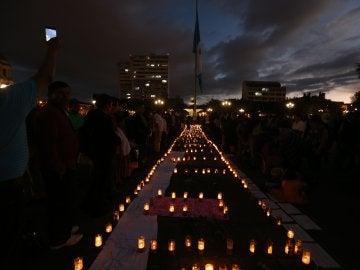 Cientos de guatemaltecos protestan contra el Gobierno por la muerte de las niñas