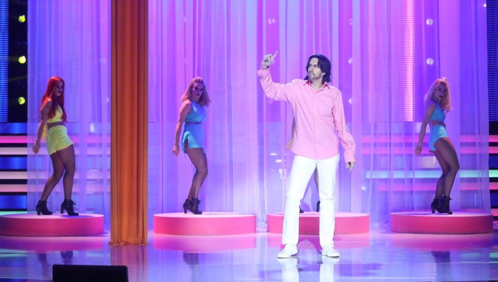 El seductor Miguel Bosé sale a la luz en la piel de Nacho Lozano con el pegadizo tema 'Morena mía'