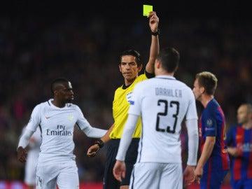 Aytekin, mostrando una cartulina amarilla durante el partido