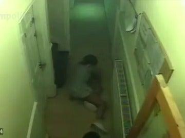 Frame 34.300124 de: Una víctima de violencia de género pide a la Policía que publique el vídeo de la brutal paliza que recibió en el rellano de su piso