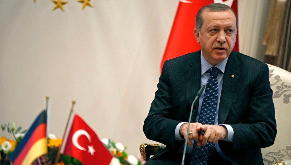 """El presidente turco Erdogan dice que Holanda actúa con """"remanentes nazis y fascistas"""""""