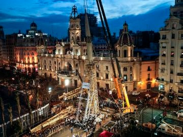 Valencia 'planta' la falla más alta de su historia