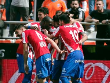 Los jugadores del Sporting celebran el gol de Duje Cop ante el Valencia