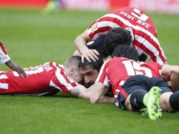Los jugadores del Athletic celebran el gol de Raúl García ante la Real Sociedad