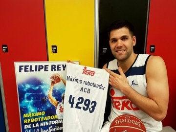 Felipe Reyes, con su camiseta conmemorativa de máximo reboteador en la ACB