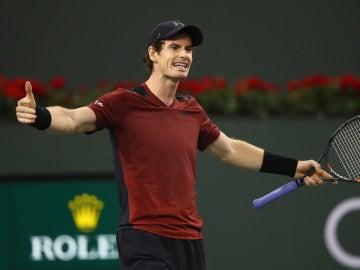 Andy Murray gesticula durante su partido en Indian Wells