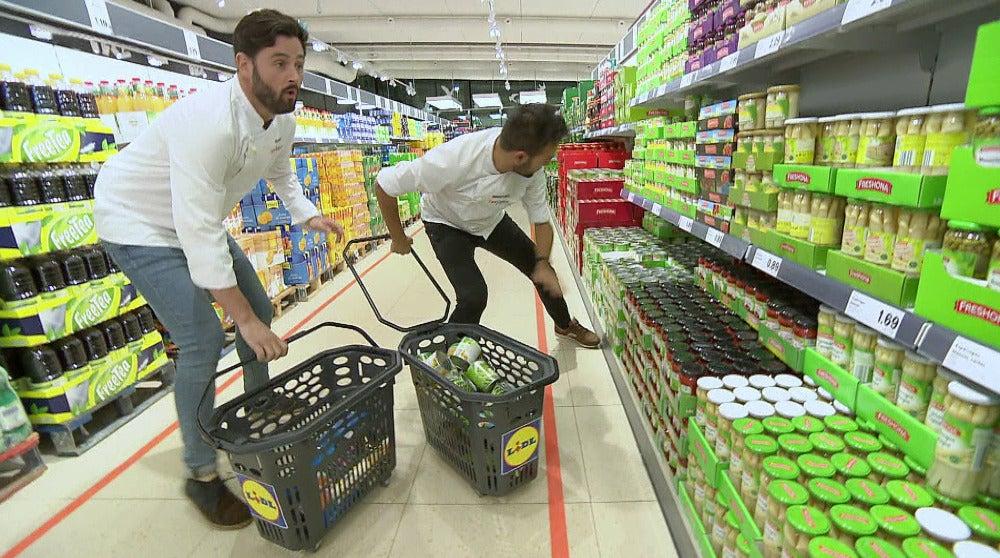 Acalorante carrera en el supermercado para poder cocinar en la prueba de inmunidad