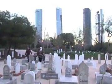 Frame 29.3925 de: Un 'cementerio infinito' aparece en Madrid por los 16.000 niños muertos en la guerra de Siria