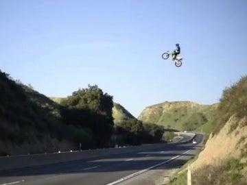 Kyle Katsandris saltando sobre la autopista