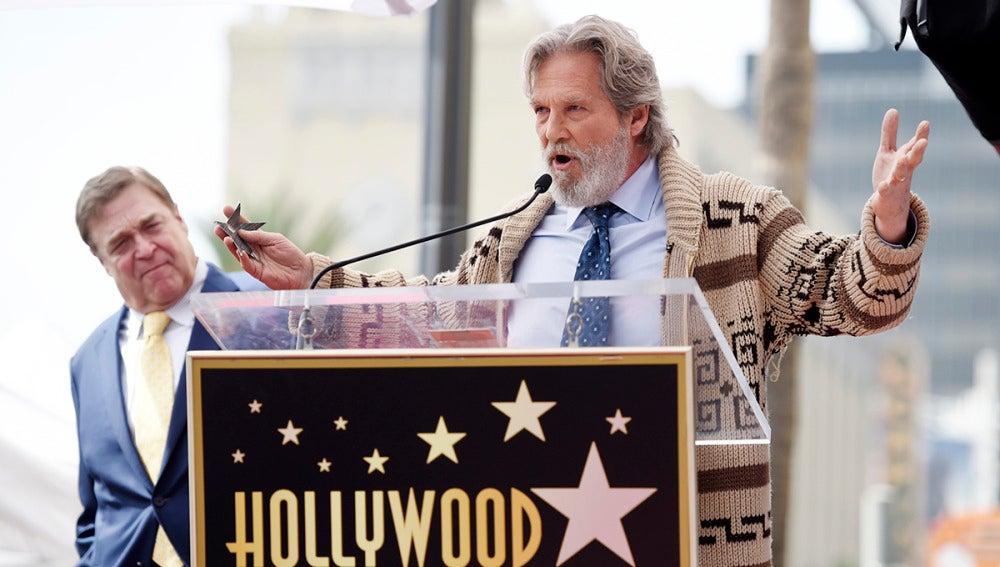 Jeff Bridges practicando su discurso en el homenaje a John Goodman