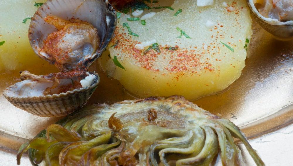 Patatas con berberechos picantes.