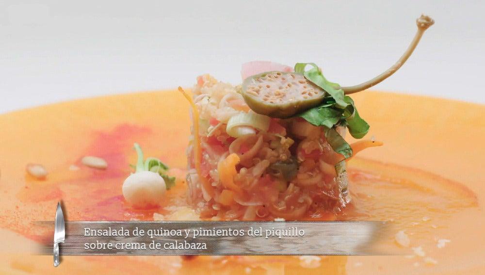 Ensalada de quinoa y pimientos del piquillo sobre crema de calabaza