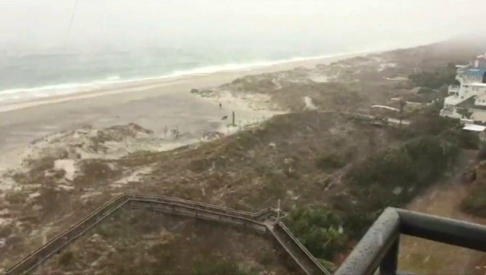 Frame 5.952 de: Una tormenta de nieve cubre hsata las playas en Carolina del Norte