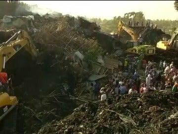 Frame 0.0 de: Al menos 35 muertos y una veintena de heridos tras el derrumbe de una montaña de basura sobre un grupo de personas en la capital de Etiopía