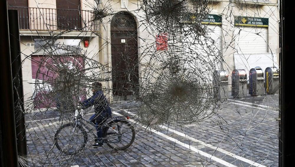 Estado en el que ha quedado el cristal de un local del casco viejo en Pamplona