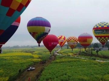 Frame 1.293269 de: Dieciséis parejas chinas se casan en globos aerostáticos