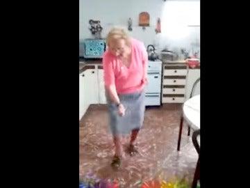 La 'abuela chispita' bailando cumbia