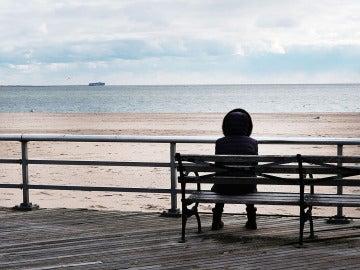 Imagen de una mujer mirando al mar