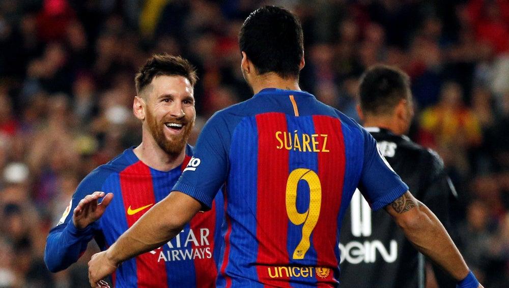 Leo Messi y Luis Suárez celebran un gol ante el Valencia