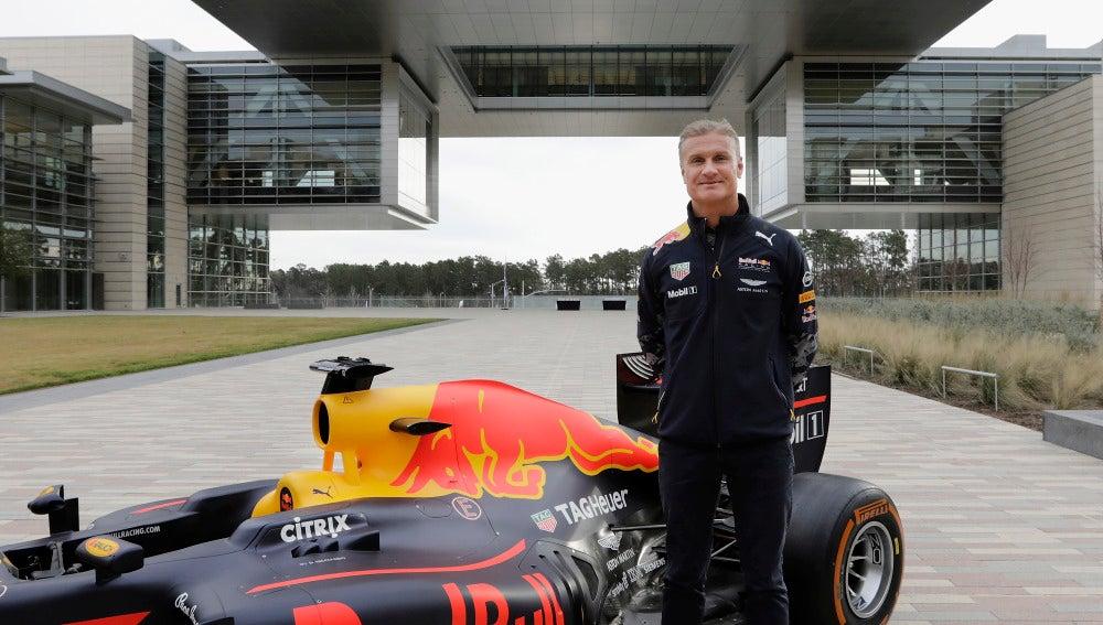 David Coulthard posando con el coche de Red Bull